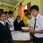 Escolares organizando su presentaciòn